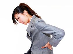 腰痛に悩まされている女性